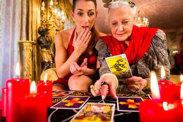 Hellseherin in Seance mit Tarotkarten