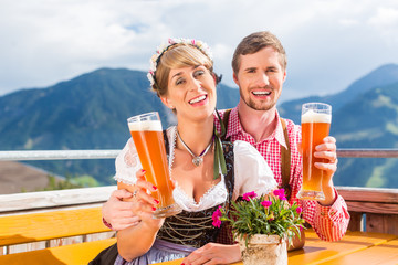 Paar auf Berghütte trinkt Weißbier