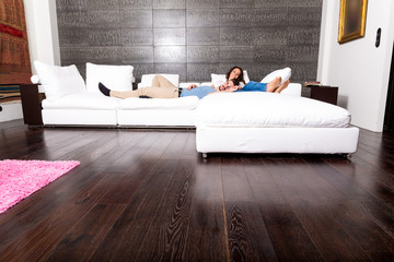 Junges Paar beim relaxen auf dem Sofa