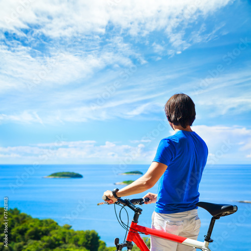 Aluminium Wielersport Man with a Bike on Beautiful Nature Background