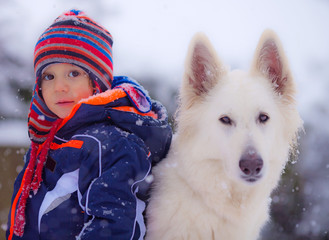 Bimbo e cane sotto la neve