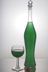 Bottiglia trasparente con liquido verde