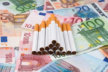 Gruppo di sigarette con banconote