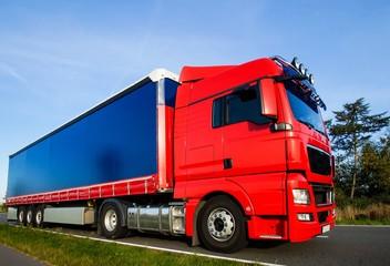 Logistik, roter Lastkraftwagen auf Tour