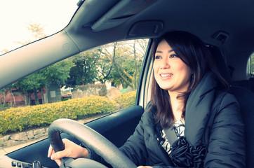 車を運転するアジア人の女性