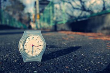 地面に置いてある腕時計