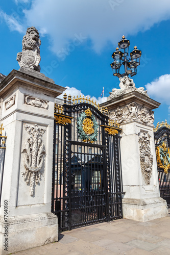 Foto op Plexiglas Wand Metal Gatef and street lamp. Buckingham Palace, London,