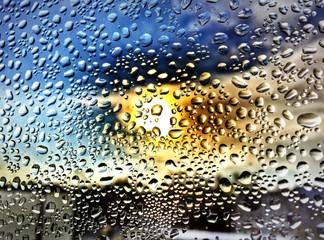 sonne hinter einer regenscheibe
