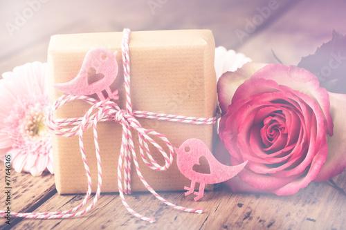 Mit Liebe schenken - Geschenk hübsch verpackt - 77646365