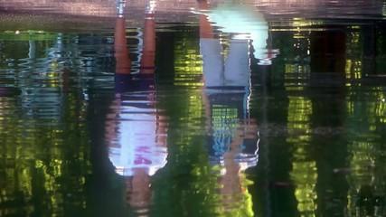 bambini al parco, riflessi in acqua