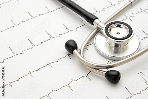 医療イメージ―聴診器と心電図 - 77659796