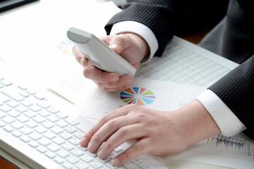 ビジネスイメージ―電話を使うビジネスマン