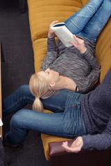 paar macht es sich auf dem sofa gemütlich