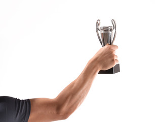 Deportista celebrando sujetando un trofeo de victoria.