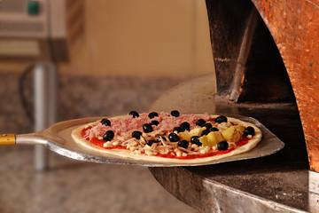 Horneando pizza, cocinando pizza.