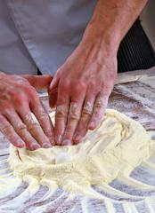 Preparando la masa para la pizza y el pan.