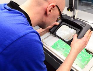 Qualitätskontrolle in einer Fabrik für Mikroelektronik