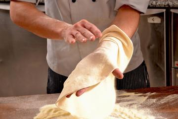 Preparando masa para la pizza y el pan.