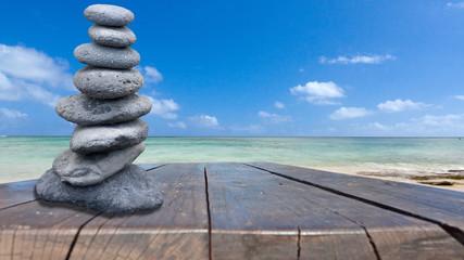 galets empilés sur table bois, plage mauricienne