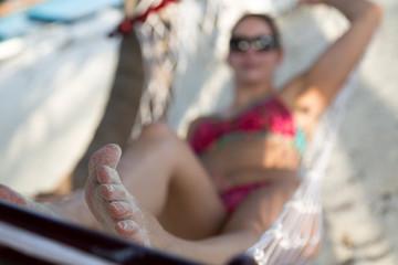 Schöne Frau am Strand in der Hängematte