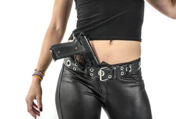 la sensualité d'un revolver dans un pantalon de cuir féminin