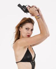 jeune femme de profil sexy avec un pistolet