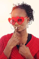 femme noire avec lunettes coeur