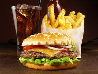 Cheeseburger mit Pommes Frites und Cola