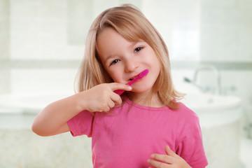 Kind beim Zähne putzen