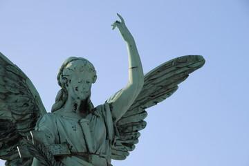 Portrait Engel unter blauem Himmel
