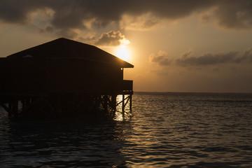 Romantischer Sonnenuntergang im Urlaub