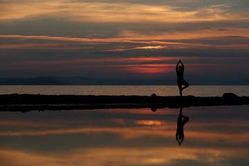yoga e meditazione al tramonto