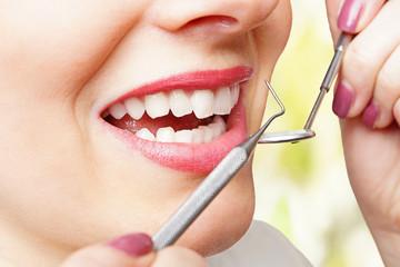 Zähne werden behandelt