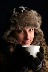 riscaldarsi con bevanda calda per il freddo