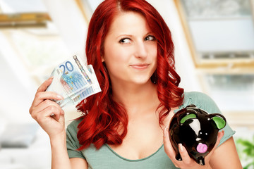 junge Frau will Geld sparen
