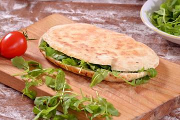 Sandwich con lechuga,Pan rustico.