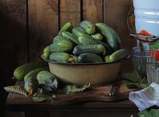 Огурцы в большом блюде на столе