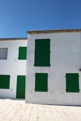 casa con scuri verdi