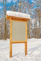 Holzschild im Winterwald beschriftbar