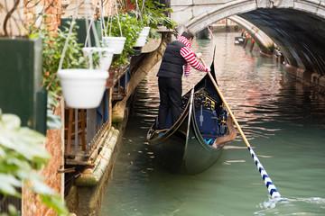 Gondoliere Venezia con gente a bordo
