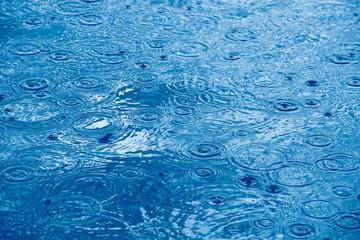 Regentropfen und Wasserringe