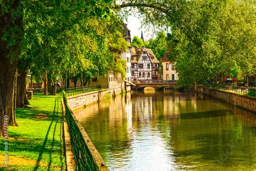 Papiers peints Jardin Strasbourg, water canal in Petite France area, Unesco site. Alsa