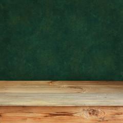 деревянный стол на фоне зеленой стены
