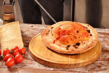 Preparando y horneando calzone,cocinando pizza.