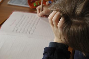 bambino mentre fà i compiti