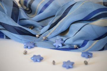Schal und Halskette