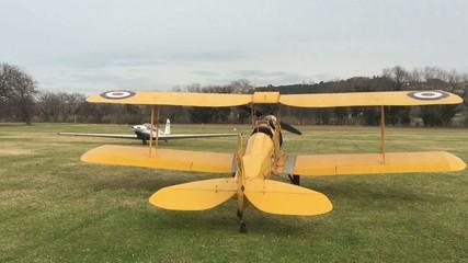Video di vecchio aereo biplano giallo