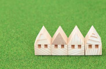家のミニチュア模型 緑の背景