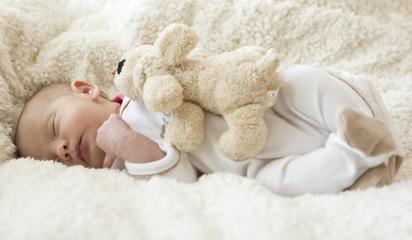 Schlafendes Baby im Bett