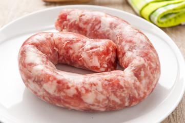 Pezzo di salsiccia di maiale su un piatto